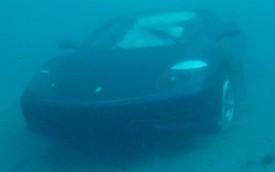 Ferrari 360 lao xuống biển, phải nổ túi khí để nổi lên nhưng vẫn không thoát khỏi cái kết đắng