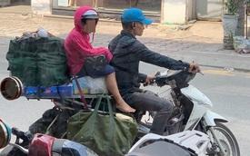 Khoảnh khắc người bố và con gái ngồi trên chiếc xe máy cồng kềnh trên phố khiến người ta vội lấy điện thoại ghi lại