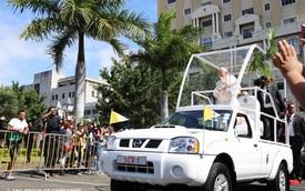 Không cần xe khủng, Giáo hoàng Francis chỉ dùng bán tải Nissan Navara làm xe diễu hành