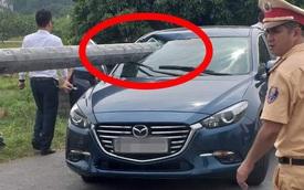 """Cột điện """"xuyên thủng"""" kính chiếc Mazda3, hiện trường để lại khiến người ta sợ hãi"""