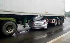 Xe 4 chỗ bẹp dúm dưới gầm xe container, 2 người tử vong