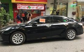 Đỗ xe thiếu ý thức, chủ Toyota Camry nhận ngay 3 tờ giấy thông báo: Đọc nội dung liền xấu hổ