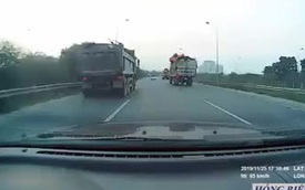 """Clip: """"Món quà"""" nguy hiểm từ xe tải khiến tài xế buộc phải dừng xe giữa đường"""