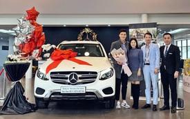 Thủ môn Bùi Tiến Dũng nhận xe Mercedes-Benz GLC, đại gia đi Rolls-Royce nổi tiếng cũng góp mặt