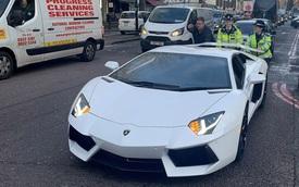 """Chủ xe Lamborghini ngượng chín mặt khi """"siêu bò"""" chết máy ngay giữa 'thánh địa siêu xe'"""