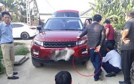 Chiếc Range Rover Evoque xe một nơi, bánh một nẻo sau cú đâm vào 'vật thể lạ' trên đường làng