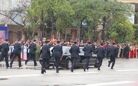 12 vệ sĩ của ông Kim Jong Un tái hiện màn chạy bộ ấn tượng trước cửa nhà ga Đồng Đăng, Việt Nam