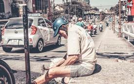 Việc tốt đầu năm Kỷ Hợi 2019: Cụ ông đắp từng miếng nhựa đường vì sợ người qua lại gặp nguy hiểm