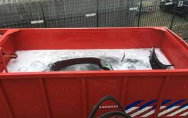 Cách chữa cháy siêu xe quái dị: Ngâm cả BMW i8 vào thùng nước