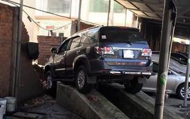 Tai nạn hy hữu gây xôn xao: Nhân viên rửa xe Fortuner đạp nhầm chân ga, đâm sập tường gara