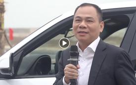 """Lộ diện video tỷ phú Phạm Nhật Vượng tự tay lái thử chiếc xe VinFast """"made in Vietnam"""" đầu tiên được xuất xưởng"""