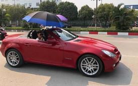Đi Mercedes mui trần nhưng dùng ô che nắng - Hành động kém sang bị cư dân mạng chỉ trích