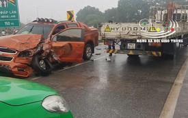 Đi vào làn đường ngược chiều, xe bán tải bị đâm nát đầu, tài xế thoát nạn đầy may mắn