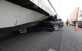 Ford Mustang rúc gầm xe container, tài xế bị kéo lê gần 1km vẫn sống sót