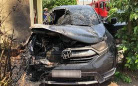 Đỗ xe dưới trời nắng nóng, Honda CR-V bỗng phát nổ rồi bốc cháy 'thảm thương'