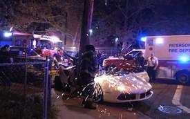 Đứt ruột nhìn lính cứu hỏa xẻ đôi Ferrari 488 Spyder để cứu nạn nhân kẹt bên trong vì tai nạn giao thông
