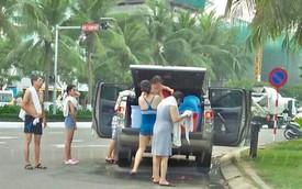 Góc khó hiểu: Đỗ xe bán tải Ford Ranger giữa đường, cả gia đình thản nhiên đứng tắm trên đường phố Đà Nẵng