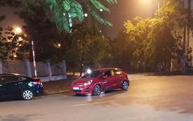 Ngã tư phố và hình ảnh chiếc xe Kia Rio đỏ khiến ai đi qua trông thấy cũng bức xúc