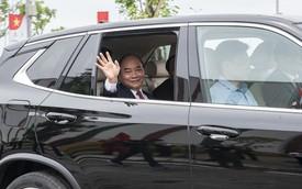 Thủ tướng Nguyễn Xuân Phúc ngồi hàng ghế sau xe VinFast do chính tỷ phú Phạm Nhật Vượng cầm lái