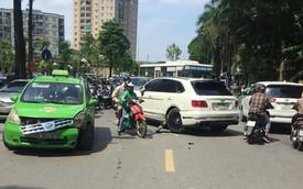Clip ghi lại cảnh taxi va chạm Bentley Bentayga độ Mansory độc nhất Việt Nam