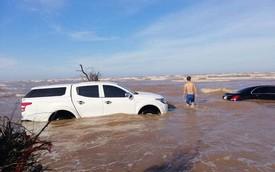 Xót xa cảnh 'xế tiền tỷ' Mercedes-Benz E-Class bị nước biển chôn vùi cùng Mitsubishi Triton ở Nam Định