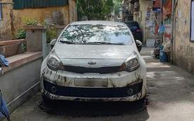 Đỗ xe chặn hết nửa con ngõ, Kia Rio bị 'đốt' không thương tiếc tại Hà Nội