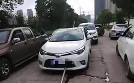 Tử thần ngủ quên, cặp đôi trong chiếc Toyota Corolla thoát chết sau khi cọc thép dài 10 mét đâm xuyên táp lô
