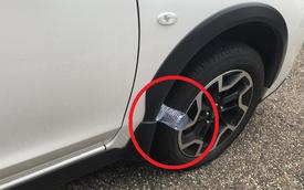 Nhìn thấy chai nhựa rỗng kẹp giữa lốp và thân xe: Tài xế đặc biệt lưu ý