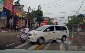 Clip: Vượt đèn đỏ, thanh niên đi Vespa bị ô tô húc văng cả người lẫn xe nhưng may mắn chỉ... ê mông