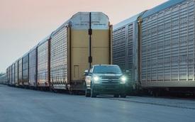 Xem Ford F-150 thuần điện kéo theo 42 chiếc F-150 thường nặng 450 tấn nhẹ nhàng như không