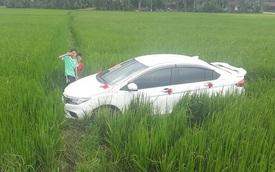 Xe đón dâu mất lái, lao xuống cày nát cả một khoảng ruộng lúa