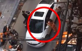 """CLIP: Hai ô tô đối đầu nhau vì tài xế thích """"thi gan"""", người phụ nữ trong xe to bước ra giải quyết tất cả"""