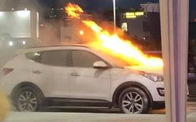 Hyundai Santa Fe bốc cháy ngùn ngụt ở sân bay Đà Nẵng, tài xế tá hỏa chạy ra ngoài kêu cứu