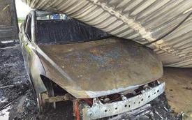 Đang đậu trong gara sát nhà, ô tô bất ngờ cháy dữ dội