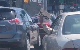 Chủ xe Lexus đốn tim người tham gia giao thông bằng màn xin đường cực dễ thương