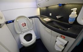 """Học ngay cách sử dụng WC trên máy bay để bụng dạ """"biểu tình"""" thì còn biết cách mà ứng phó nè!"""