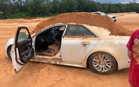 Bực tức vì bị phản bội, chàng trai đổ cả tấn đất cát lên Cadillac bạn gái lái