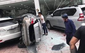 Nhân viên showroom làm rơi Toyota Vios từ tầng 2 xuống, gây bẹp những chiếc xe sang tiền tỷ đỗ bên dưới