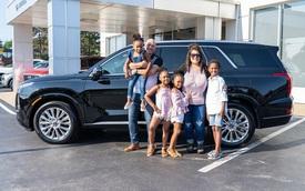 Nhận nuôi 4 đứa trẻ, cặp vợ chồng được tặng ô tô tiền tỷ