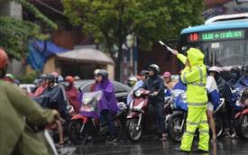 Gần trưa, nhiều tuyến đường ở Hà Nội vẫn kẹt cứng sau mưa lớn