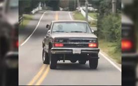 Chiếc bản tải Chevrolet khiến người đi phía sau đứng tim