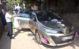Chiếc Toyota Vios bị đá ném nứt vỡ, cô dâu chú rể mặt thất thần ngồi bên trong