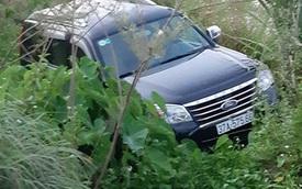 Ford Everest lao xuống mương, tài xế chết trên vô lăng, 2 người khác bị thương