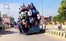 Hình ảnh kinh hoàng: Hàng chục sinh viên Ấn Độ đu bám theo xe buýt để đến trường cho kịp kỳ thi