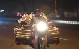 Hà Nội chiều tối ngày cuối năm: Người hoá vàng tất niên, nhà chằng buộc hành lý trên xe máy hối hả về quê