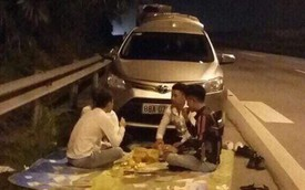 """Lần thứ 3 xuất hiện hình ảnh nhóm người trải bạt ngồi ăn uống trên cao tốc, dân mạng ngán ngẩm: """"Phải chăng là trào lưu thách thức tử thần?"""""""