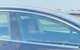 Tài xế ngủ vô tư khi ô tô chạy vận tốc 120 km/h