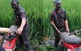 """Hình ảnh bác trung niên """"đầm"""" cả người và xe xuống ruộng lúa khiến dân mạng vừa thương vừa bàn tán xôn xao"""