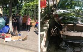 Nữ tài xế mất lái, lao lên vỉa hè phố Hà Nội, đâm trúng cụ bà thu gom phế liệu