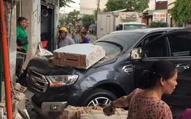 Ô tô 7 chỗ lao thẳng vào nhà dân, đâm sập bức tường dày, dân mạng bàn tán về độ cứng của xe